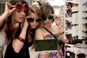 Девушки в очках от солнца – молоды и красивы